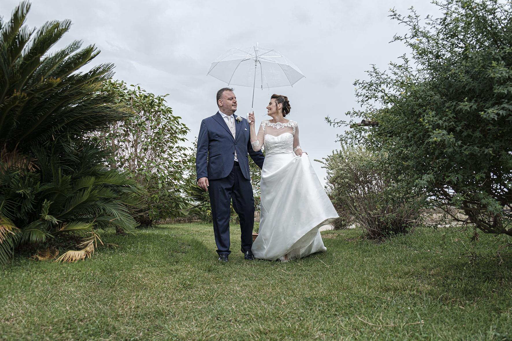 passeggiata degli sposi sotto la pioggia