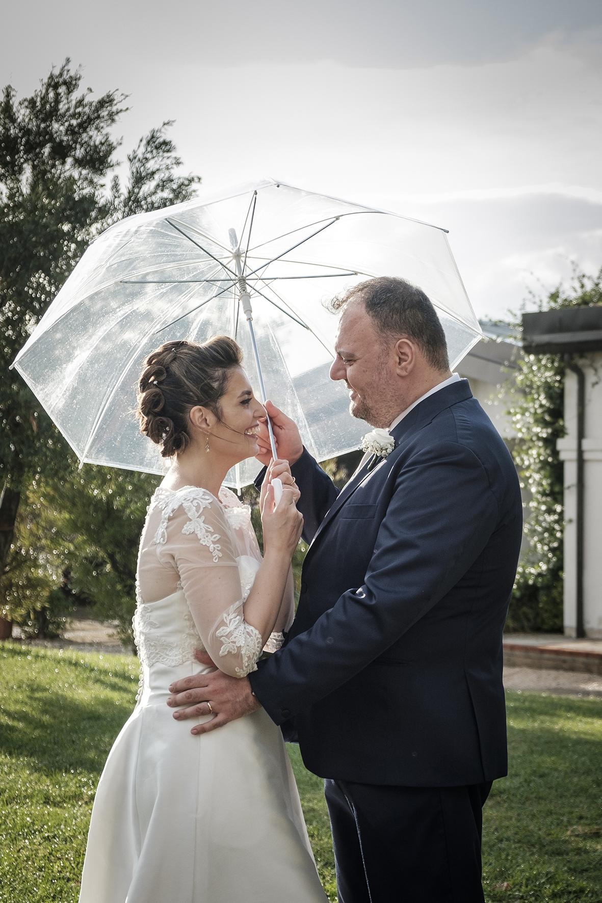 sposi sotto l ombrello matrimonio piovoso